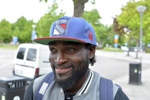 Adisa Azeez Iyanda under Sportens intervju 2016 då han spelade för Malungs IF och bar namnet Ibrahim Akim Oluwanishola.