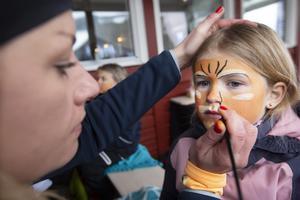 Ellen Modig från Hudiksvall blir tigermålad i ansiktet av fritidspedagogen Linda Lindqvist från Hudikskolan.