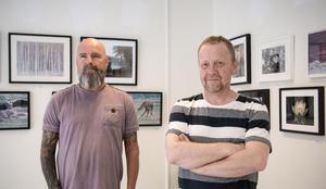 Jörgen Persson och Tomas Ericsson i Köpings fotoklubb har tillsammans med Ann-Sofie Nygren ingått i utställningsgruppen som hängt och arrangerat de drygt 80 fotografierna som nu kan beskådas.
