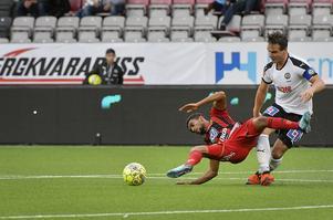 Nordin Gerzic i närkamp  med Tesfaldet Tekie i första halvlek på Behrn Arena.