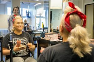 Lea Wärnelid går första året med frisörinrikting. Hennes stil för showen är inspirerad av rockabilly. – Jag är taggad, säger hon.
