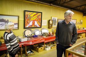 Anita och Peter Ericsson tittar lite vemodigt  ut över lokalen där så många auktioner har hållits.