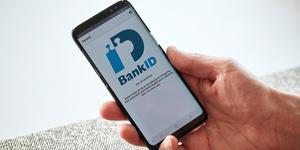 Bank-id används till mycket numera och när det inte fungerar blir det problem. Orsaken är att tillverkarna tar för lite ansvar för uppdateringar av telefoner, anser skribenten.