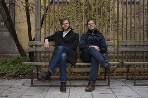 Kristian Lönner och Daniel Engström Stenson har skrivit boken Gulsvarta Hjärtan – berättelsen om Vetlanda Bandyklubb. Fotograf: Sara Mac Key