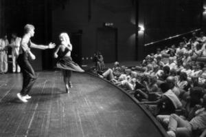 Lite mer seriös dans bjöds det på inne i Storsjöteatern där länets första bugg- och rock'n'roll-tävling,