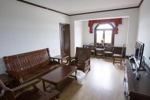 2016-09-27 Sviten på femte våningen. Möblerna har stått och väntat på gäster i över sju år.