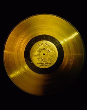 Guldskivan i Voyager-sonderna innehåller ljud och musik som ska representera människans kulturer och livet på jorden.Foto: Nasa