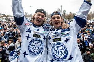 Marcus Karlberg (till höger i bild) är tillbaka i Leksand efter en jobbig sejour i allsvenska bottenlaget AIK. På bilden firar han SHL-platsen tillsammans med backen Filip Johansson. Foto: Daniel Eriksson/Bildbyrån.