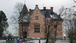 Fridnässkolan får en ny del på kommunens tennisbanor. Det vill majoriteten i fastighetsnämnden och grundskolenämnden.