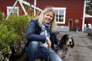 Jona Netsman med hunden Kärlek, på Mobackes i Bollnäs.