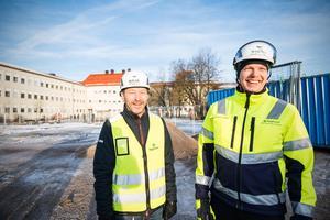 Mats Tiger, arbetschef på projektet och Michel Virdeby, platschef,  förklarar vad som kommer hända på bygget efter att väggarna är resta: