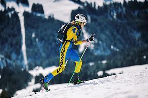 Johanna Åström i full fart på väg uppför under en tävling i skidalpinism. Bild: Karl Posch