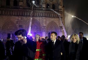 Frankrikes president Emmanuel Macron var på plats vid katedralen.