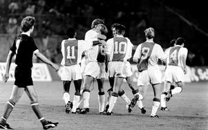 1–0 Dennis Bergkamp har just gjort 1–0 på frispark. Bollen tog på framrusande Pelle Blohm och gick i en hög båge över den chanslöse ÖSK-målvakten Anders Karlsson.