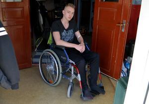 Alexander Kronholm försöker lära sig hur rullstolen och hans kropp fungerar.