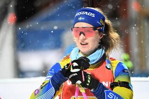 Mona Brorsson gjorde en strålande stafettsträcka. Stark åkning och stabilt skytte. Foto: TT