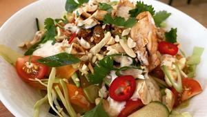 Petters mat: Nudelsallad med råa grönsaker och marinerat kycklinglår