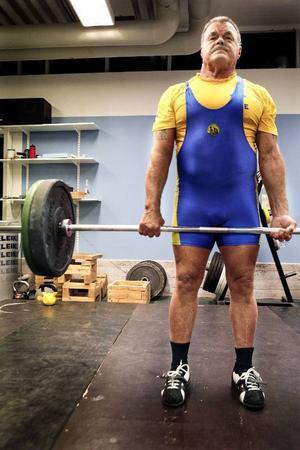 I marklyft har Kari Mattila klarat 265 kilo. Innan han började med styrkelyft var det boxning som gällde. – Jag är fortfarande med, men som boxningsdomare, säger Kari Mattila.