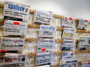 Dagstidningar på Stadsbiblioteket i Stockholm i mars 2008. Norrbottens-Kuriren syns längst upp till vänster. Foto. Hasse Holmberg / SCANPIX