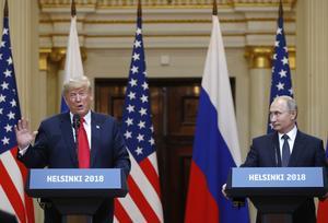 Donald Trrump och Vladimir Putin har en liknande nollsummessyn på världen. Att vinna tillsammans genom samarbete som vi i Sverige anser är inget som präglar dessa herrars utrikespolitik. Foto från Helsingforsmötet i juli via AP.