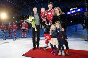 Kalle Olsson med familj när han uppvaktades inför sin 300:e match i Örebrotröjan. På bilden syns även klubbens vd Mikael Johansson. Bild: Johan Bernström/Bildbyrån