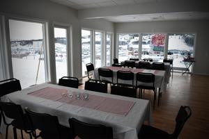 I det stora rummet i taklägenheten finns det plats för många sittande gäster.