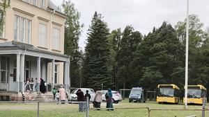 Under måndagens skolstart stod två bussar som ska hämta och lämna elever varje dag. Nya Kastets Skola har få elever som bor i Bomhus.  Ett 20-tal kommer från Sätra, men även familjer från Hofors och Skutskär har valt att flytta sina barn till Nya Kastets Skola.