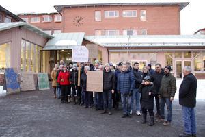 Kring 25 personer samlades till en demonstration utanför kommunhuset.