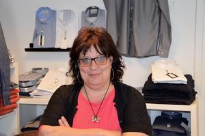 Kattis Melander driver en herrklädesbutik i Njurundabommen och är orolig över att förlora kunder på grund av vägarbetet.