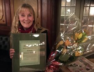 Susanne Holmlund fick diplom och blommor vid Sundsvalls Gilles årsmöte. Bild: Svenåke Boström