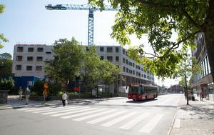 Gamla Flickskolan ligger bakom det hus som nu är under uppförande vid Orionkullen. Huset ska få ytterligare två våningar.
