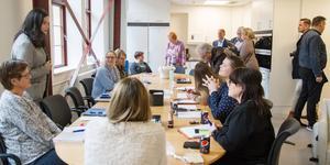 Kommunchefen Sara Schelin till höger i bild, samtalar med personal på försörjningsenheten på Köpings kommun. De är en av avdelningarna som flyttat in i KMV-lokalerna.
