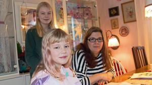 Systrarna Emelie och Isabelle Lundbergs mamma  Camilla Forsström är lättad över att de äntligen fått rätt mot kommunen.