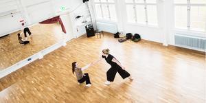 Gabriella Ek-Hällzon och Beatrice Mataika njuter av Studiefrämjandets danshall i det nya snart färdigrustade huset i Västra Mark.