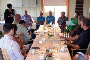 Foto: Eva Jönsson/privatEn rad tunga politiker hade samlats hemma hos Eva Jönsson i Skylnäs för att diskutera hur länets vägar ska bli bättre.