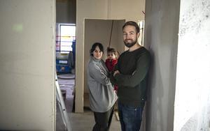 Birgit Malmcrona och Johan Backéus med dottern Saga tittar till hur bygget går i deras restaurang Naturaj.