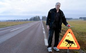 Kjell Örjes anser att någon form av blinkande belysning på älgvarningsskyltarna skulle vara bra.