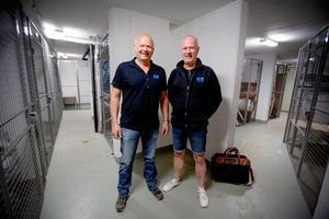 Bertil Danfors och Björn Ask i ett av Södertäljes skyddsrum. Här ska 200 personer få plats. Var och en får en halv kvadratmeter att husera på.