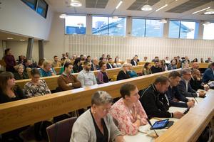 Den nya majoriteten, som sitter samlad på den ena sidan av fullmäktigesalen, består av socialdemokrater, miljöpartister, centerpartister och kristdemokrater.