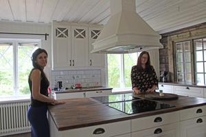 Diana och Jenni i husets kök där tanken är att ungdomarna ska laga mat tillsammans.