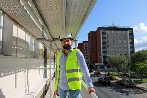 Nermin Ceman, fastighetsförvaltare och projektledare för renoveringen av Hallsbergs kommunhus, tycker att arbetet håller tidsplanen.