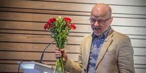 Vid sitt sista fullmäktige avtackades Stig Henriksson (V) av Socialdemokraterna, när kommunfullmäktiges ordförande Åsa-Märta Sjöström (S) räckte över blomsterkvasten.