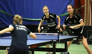 Sofia Westholm och Anastasiia Burkova pressade Arvikas Zhang Fang och Alma Rööse, men föll till sist med 2–3.