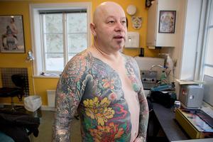 Paul Blackwell är gaddad från halsen ned till knäna. Men ansiktet tatuerar han inte.