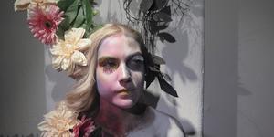 Frida Tinnsten och hennes klasskamrater har inspirerats av Kirsty Mitchell till utställningen. Eleverna arbetade i grupper och hade olika teman. Tanken med Frida och hennes grupps projekt är att porträttera hur cancer påverkar ens liv.
