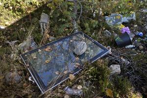 Delar av ett avgassystem och en platt-tv är föremål som lämnats kvar när lägren övergetts.