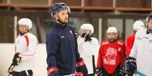 Stortalangen Emil Bemström, som nyligen skrev på karriärens första NHL-kontrakt, var med och hjälpte till under Järnas Summercamp.