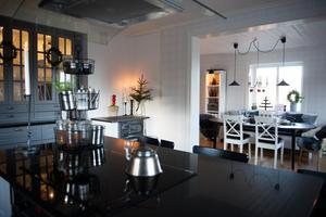 För att få kontakt med matsalen sågade de upp timmerväggen och målade den vit.