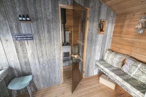 Nere vid Storsjöns strand har en friggebod byggts om till relaxavdelning med bastu.
