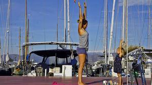Foto: Familjen Sahlén. I hamnen i Almerimar har Hanna och Mila morgongymnastik.